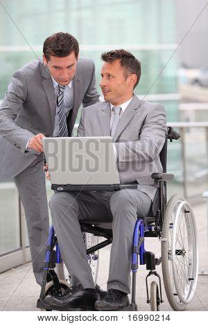 Mann im Rollstuhl in Geschäftsreisen