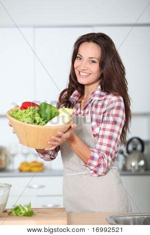 Mujer hermosa en la cocina con delantal
