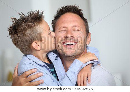 Bond jongetje een kus geven aan zijn vader