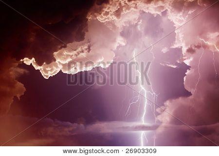 Oscuros nubarrones ominosos. Tormenta con relámpagos.