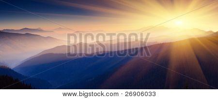 Majestuosa puesta del sol en el paisaje de las montañas. Imagen HDR
