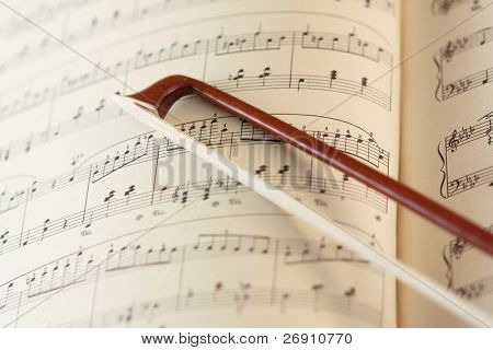 Geige Stick auf die Notenblätter