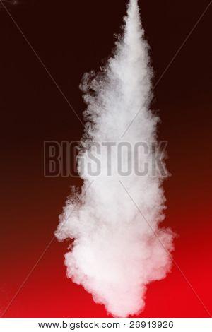 espesso fluxo de fumaça em vermelho