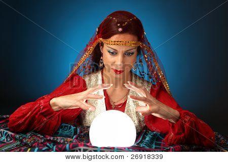 cartomante com uma bola de cristal brilhante