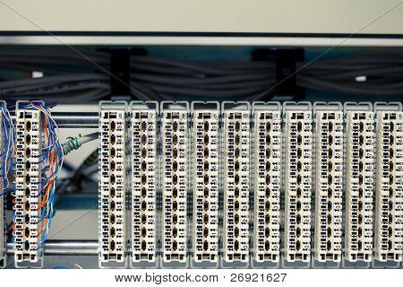 um painel central ocupado e infinidade de painéis de telefone vazio