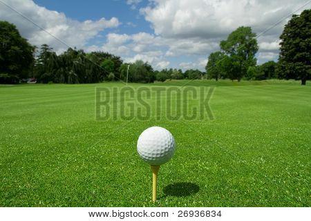 Bola de golfe no tee em um clube de golfe de Belo