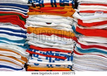 Camisetas apiladas en muchos colores
