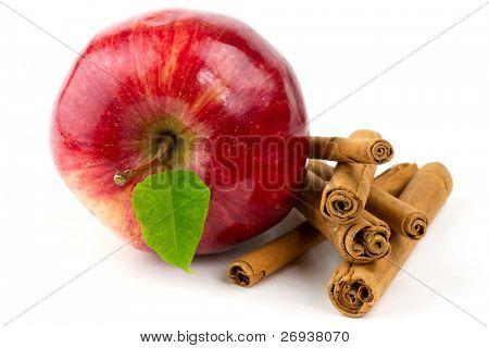 Manzana roja y canela, aislado en blanco