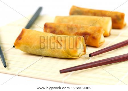chinesische Frühlingsrollen mit Chosticks auf die Bambusmatte