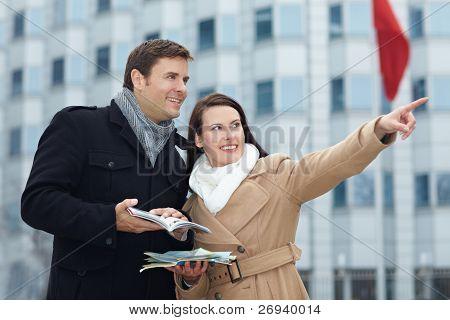 Turistas en viaje de la ciudad con guía y mapa