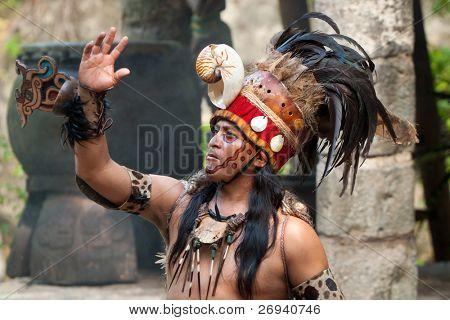 """XCARET, México - 19 de julio: Rendimiento Maya prehispánica llamada """"Danza de búho"""" en la selva en"""