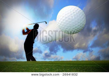 Silhouette der Golfer fliegende Kugel
