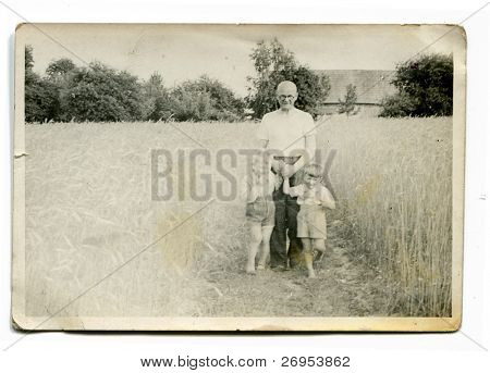 altes Photo der Großvater mit Enkel