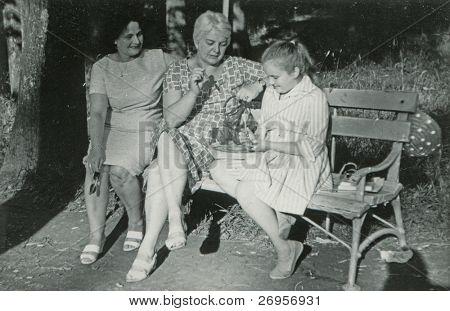 altes Photo der Mutter und Tante Tochter spielen Dart (Anfang der 60er Jahre)