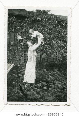 altes Photo der jungen Mutter mit Kind (frühen vierziger Jahre)