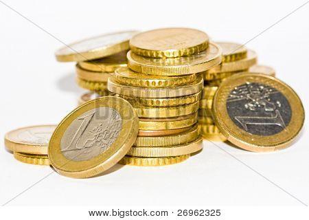 Un montón de monedas de euro aislado en blanco