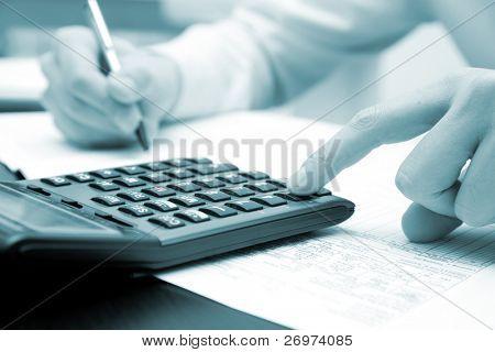 Geschäftsmann arbeiten in seinem Büro mit seinen Rechner, blau getönt Bild