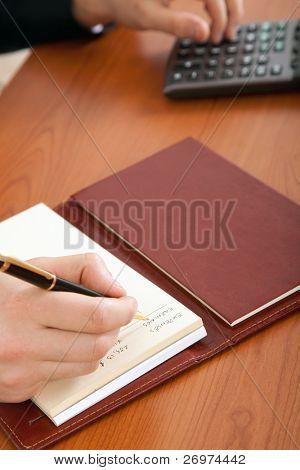 ein Geschäftsmann tun einige Papiere mit seinem Rechner