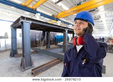 Ingeniero en el teléfono en un estabilishment