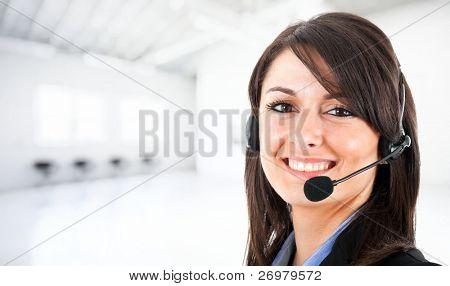 Retrato de una muchacha hermosa con auriculares