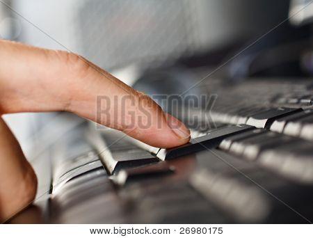 Close-up de um dedo, pressionando o botão enter
