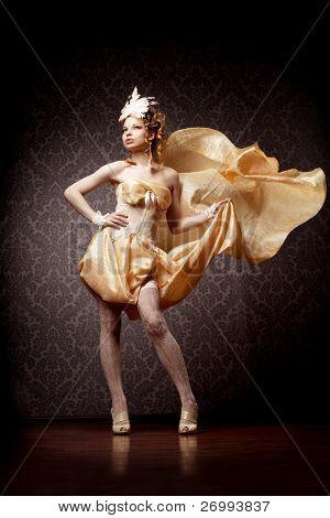 Das Bild einer Frau in einem Vintage-Stil mit fliegenden Stoff