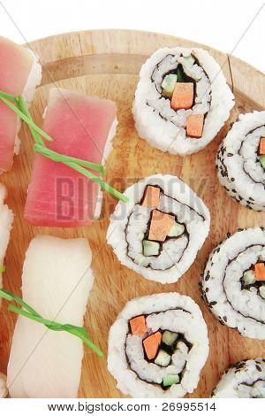 Japanische Küche Maki roll mit tief gebraten Gemüse im Inneren mit Nigiri sushi gekrönt mit