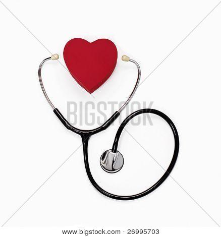 Stethoskop und Herz auf weiß