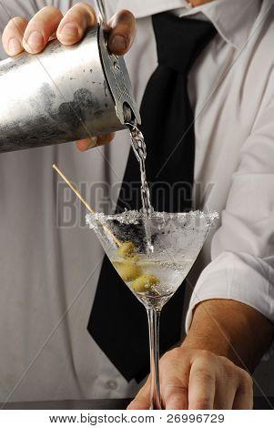 Hände Gießen einen Martini Cocktail. Barkeeper Gießen Alkohol, Barkeeper Gießen ein Getränk. Barkeeper pourin