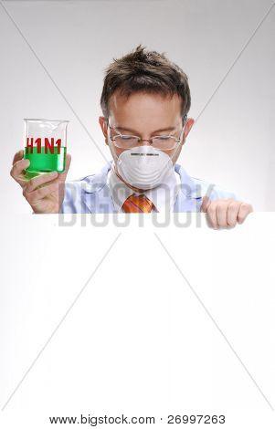 jovem cientista segurando um vidro experimental gripe suína. Um médico segurando um copo experimental.