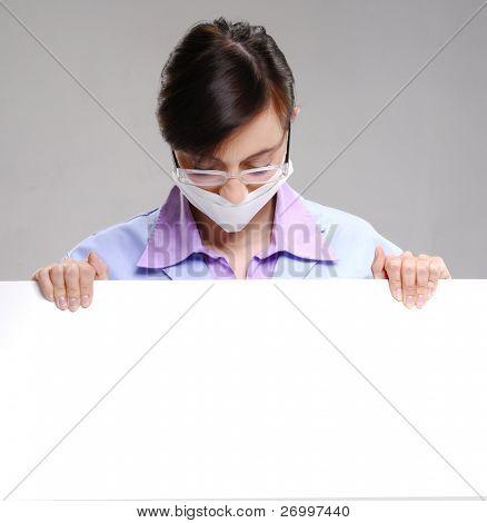 médico cirurgião segurando um cartão branco. Médico, segurando um cartão branco.