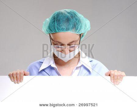 médico cirurgião segurando um cartão branco.