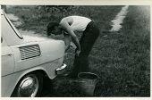 Постер, плакат: Винтаж Фото молодого человека мойка автомобиля шестидесятых