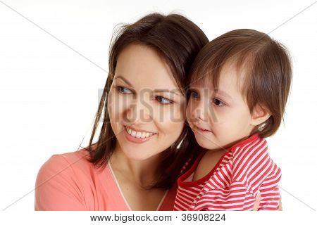 Mutter und Tochter in einen roten Pullover