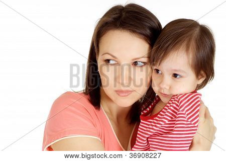 Mutter und ihr Kind in einen roten Pullover