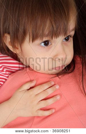 feine Tochter in einen roten Pullover und Mutter