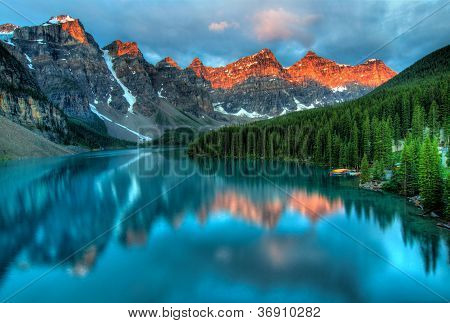 Moraine Lake Sunrise kleurrijk landschap