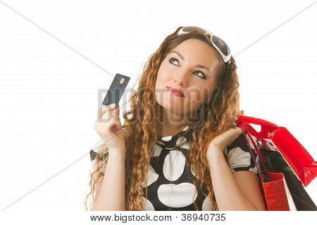 Porträt der jungen einkaufen weiblich halten Kreditkarte auf weißem hintergrund isoliert hautnah