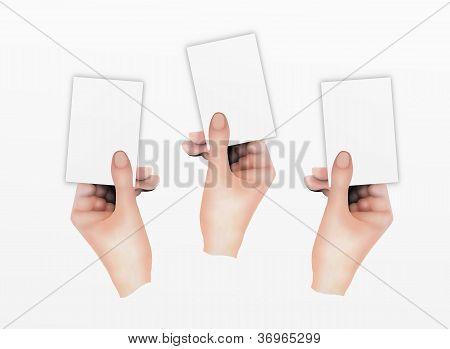 Três mãos segurando cartões de visita em branco