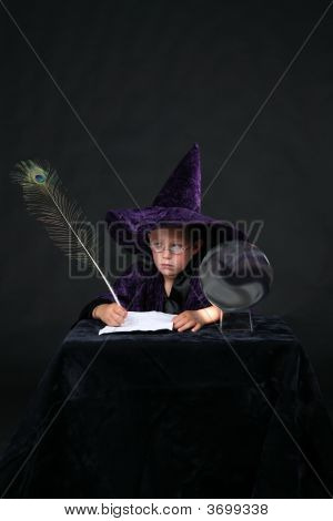 Filho de assistente com caneta de pena de pavão e bola de cristal