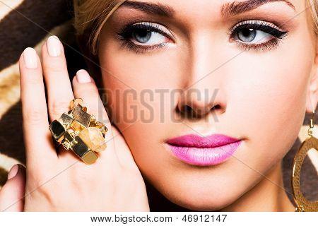 Belo rosto de uma jovem mulher com maquiagem moda