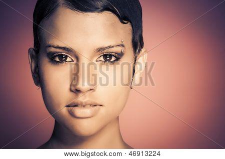 Rosto de jovem mulher linda com o estilo de cabelo curto