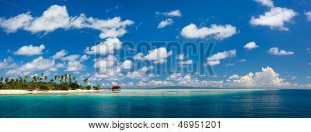 Panorama de la idílica isla de Mantabuan en Malasia