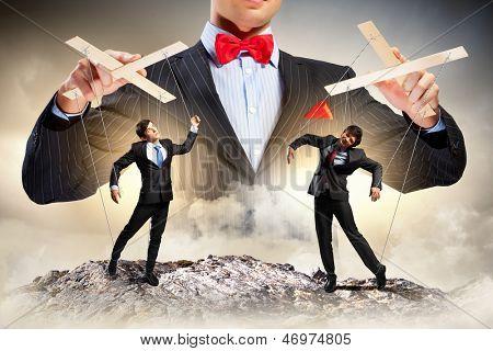 Imagen de titiritero del joven empresario. Concepto de liderazgo