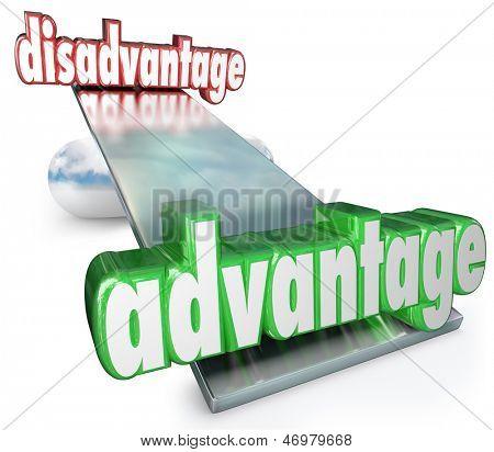 Uma gangorra, escala ou equilíbrio com as palavras vantagem e desvantagem para ilustrar o competitivo