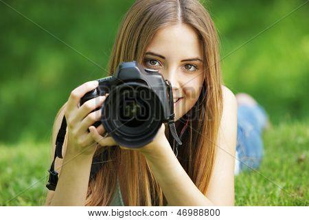 Hermosa joven fotógrafo