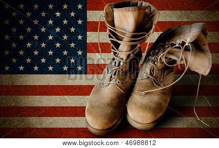 Botas de exército em fundo Sandy bandeira