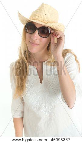 Retrato de una mujer joven con sombrero de paja y gafas de sol