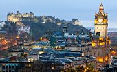 Edinburgh Cityscape van Calton Hill in de schemering UK Schotland