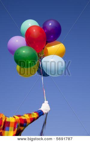 Un payaso con globos